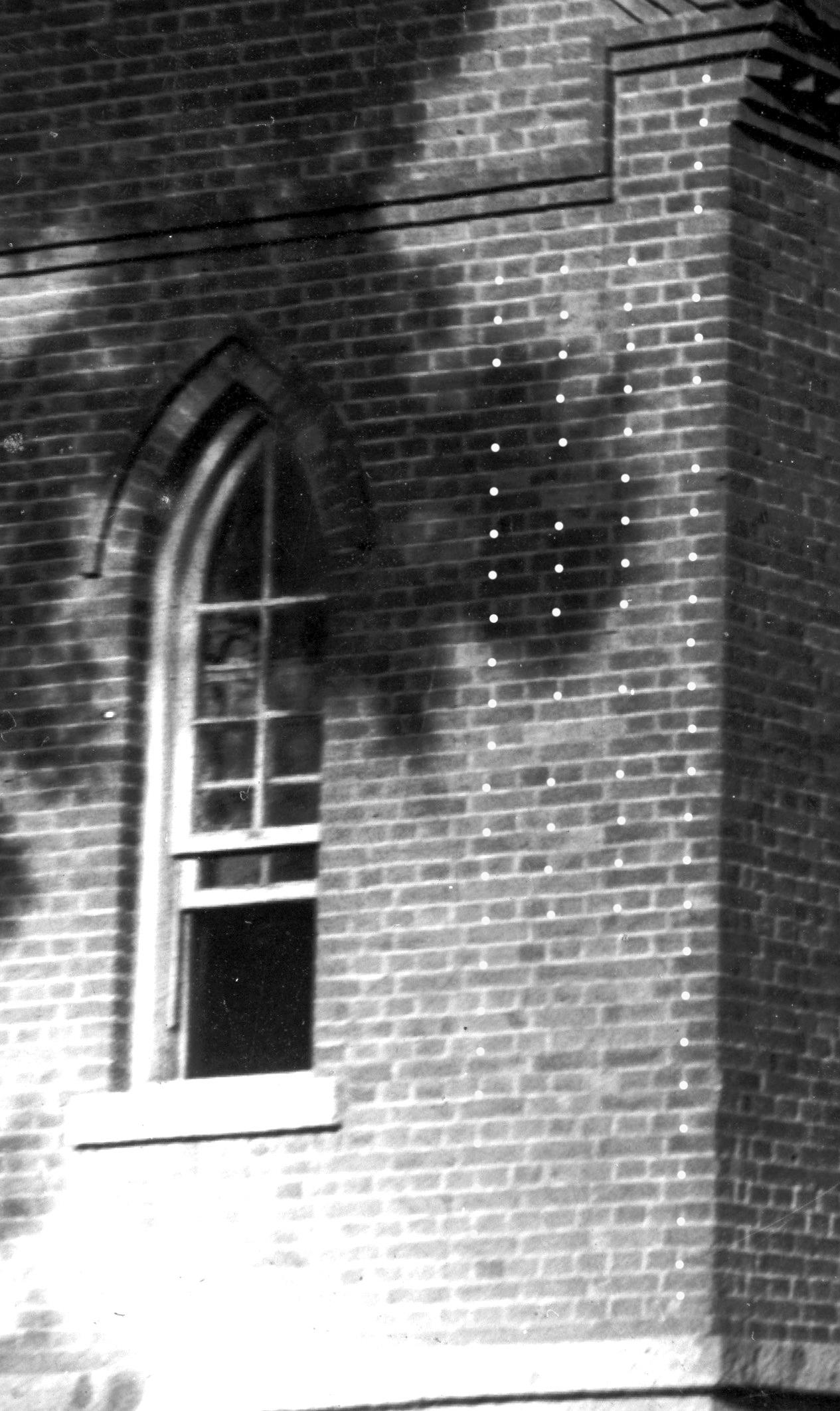 웨슬리예배당 동쪽 앱스부분 벽돌쌓기(메지일정=벽돌규격일정)