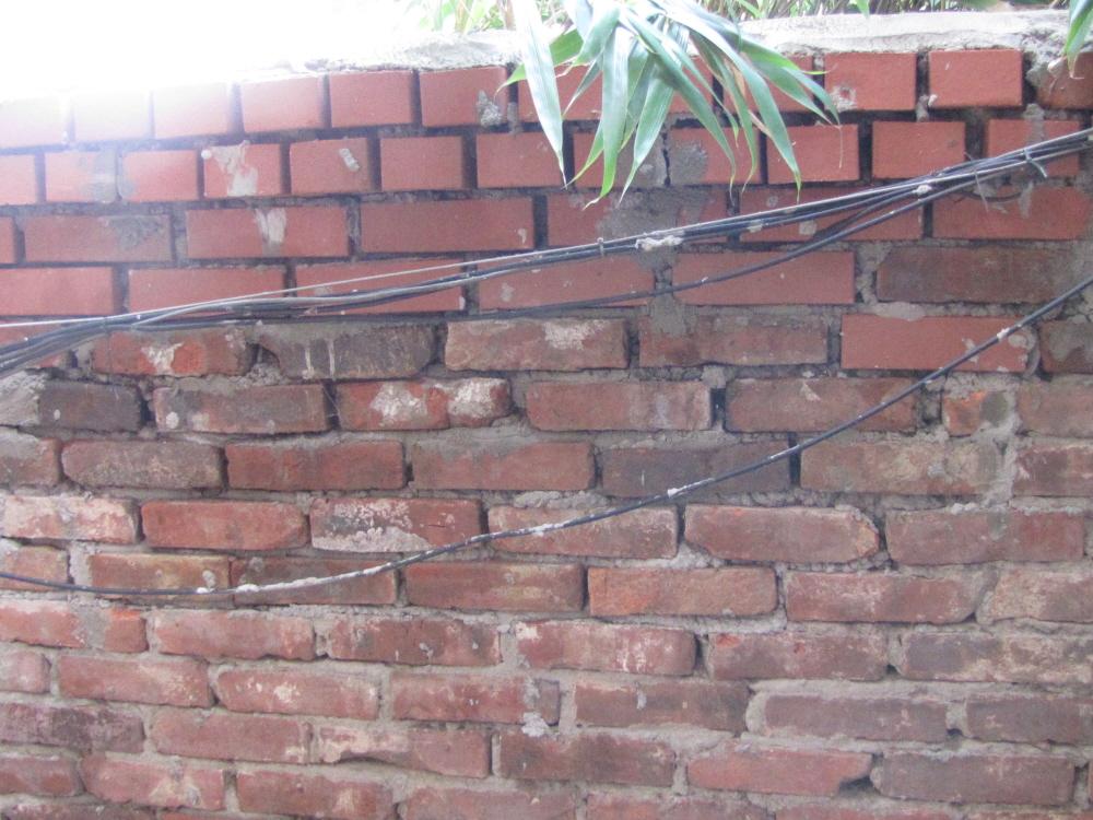 담의 위쪽 벽돌은 2012년 복원시 사용된 벽돌이고 아래쪽은 1901년 건축시 사용되었던 벽돌로서, 위쪽 벽돌이나 아랫 쪽 벽돌이나 모두 21센티 10센티 6센티의 규격