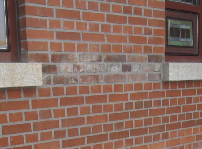 2012년9월 23일 복원된 제물포웨슬리예배당 현관 들어가는 왼쪽에 1901년 제물포웨슬리예배당 건축시에 사용된     옛 벽돌을 찾아서,  양쪽 창문 사이에 일부조적하였음