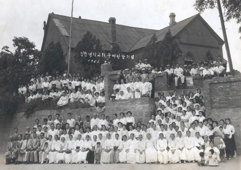1955년도 십자가형예배당의 마지막 모습과 교인들(제물포위슬리예배당,동남측)의 복원 기본사진자료
