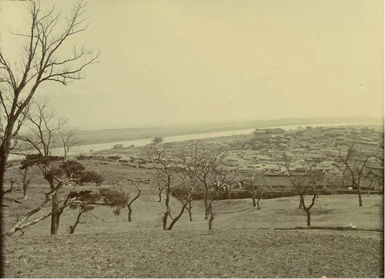 1904, 나뭇잎떨어진 늦가을 이후 겨울, 평양 대동강, 장대현장로교회. (1904년, 코인 테일러 선교사님의 사진)